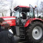 Des élèves découvre le tracteur